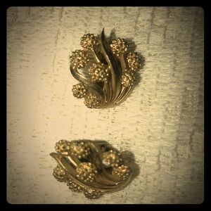 Pair Vintage Trifari clip on earrings goldtone flo
